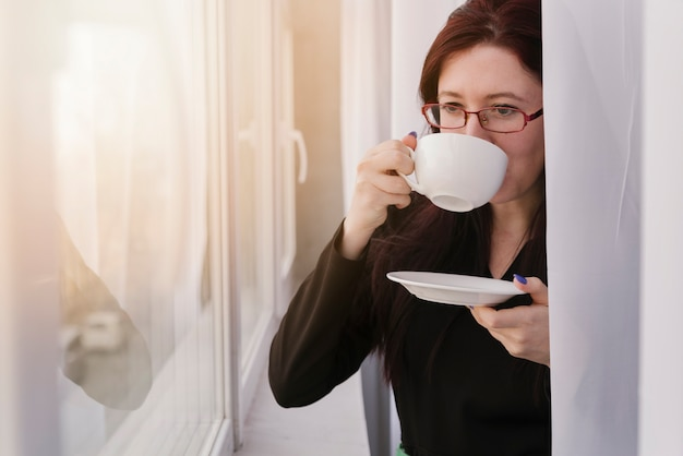 Abogada tomando café