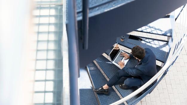 Abogado de alto ángulo trabajando en las escaleras