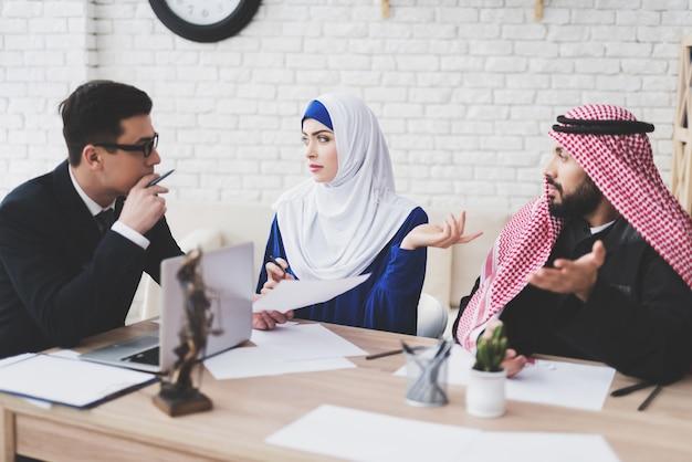 Abogado en el cargo con marido y mujer árabe.