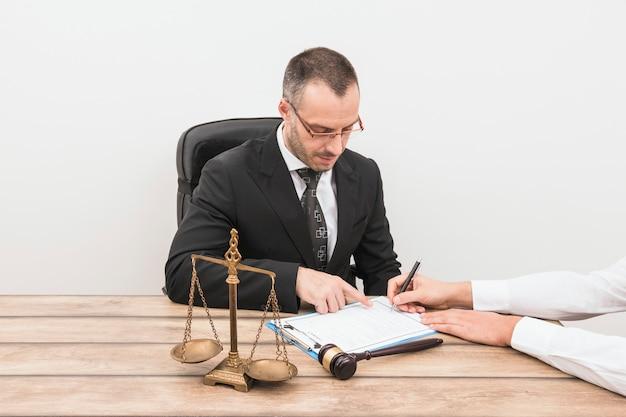 Abogado con cliente