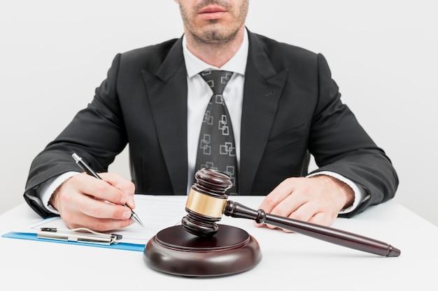 Abogado cumplimentando documentos