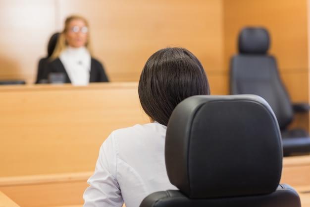 Abogado escuchando al juez