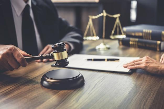 Abogado hombre o juez consejero que tiene reunión del equipo con el cliente