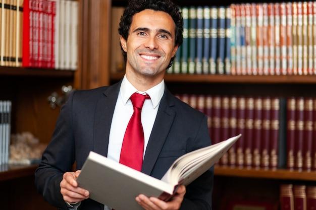 Abogado leyendo un libro en su estudio