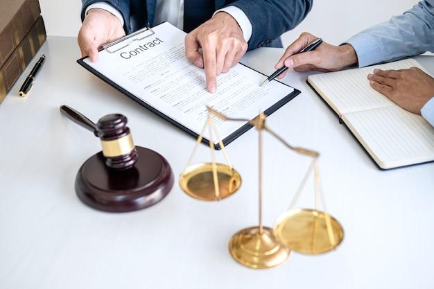 Abogado y mujer de negocios profesional trabajando y discutiendo en bufete de abogados en la oficina