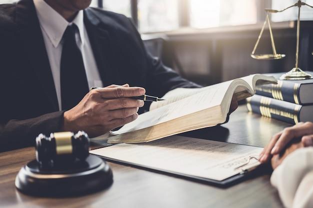 El abogado o el juez de la empresaria y del varón consultan tener reunión del equipo con el cliente