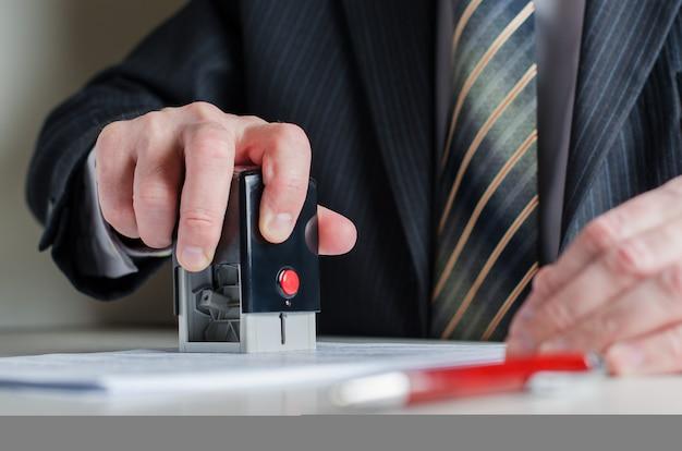 Un abogado o notario pone un sello en el documento.