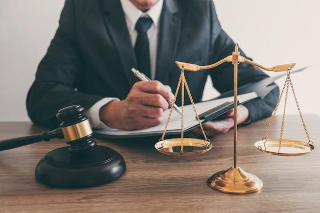 Abogado o notario trabajando en documentos e informe del caso importante en la firma de abogados