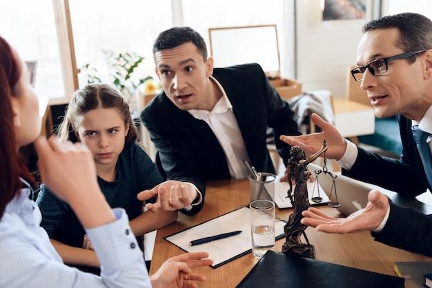 Abogado y padre con hija se comunican con madre.