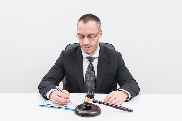 Abogado rellenando document