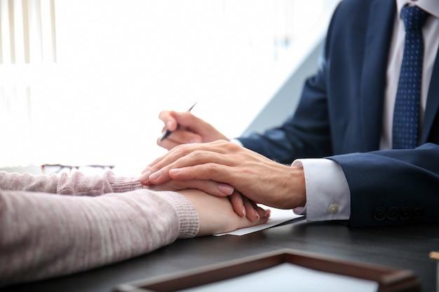 Abogado tras reunirse con el cliente en la oficina, primer plano