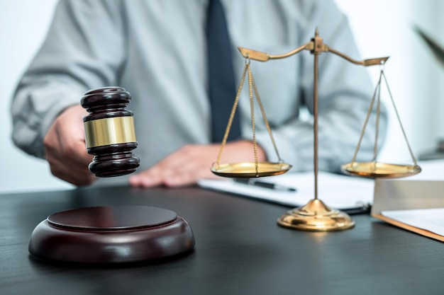 Abogado de sexo masculino que trabaja con contrato de documento de caso legal en oficina, derecho y justicia, abogado