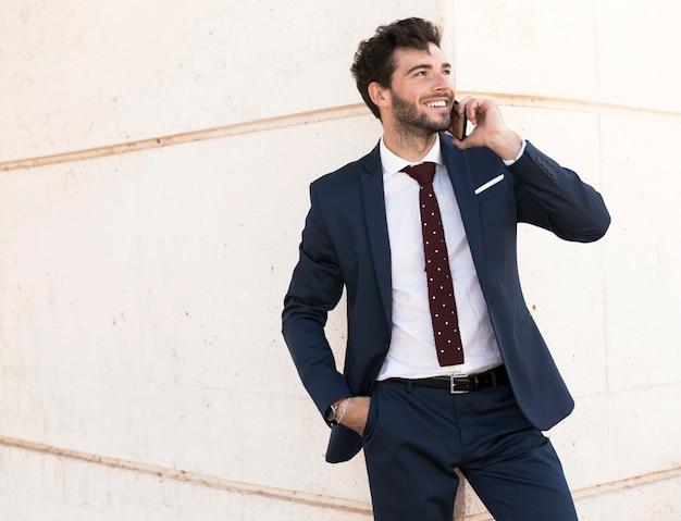 Abogado sonriente de tiro medio hablando por teléfono
