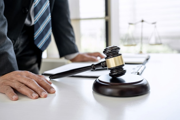 Abogado trabajando con documentos contractuales