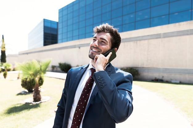 Abogado de vista lateral hablando por teléfono