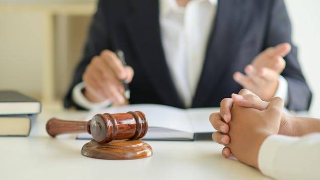 Los abogados están dando asesoría legal a los clientes.