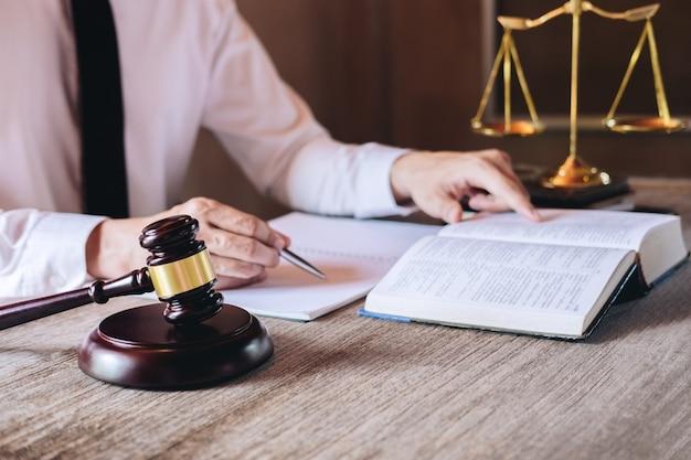 Abogados de sexo masculino que trabajan teniendo en el bufete de abogados en oficina