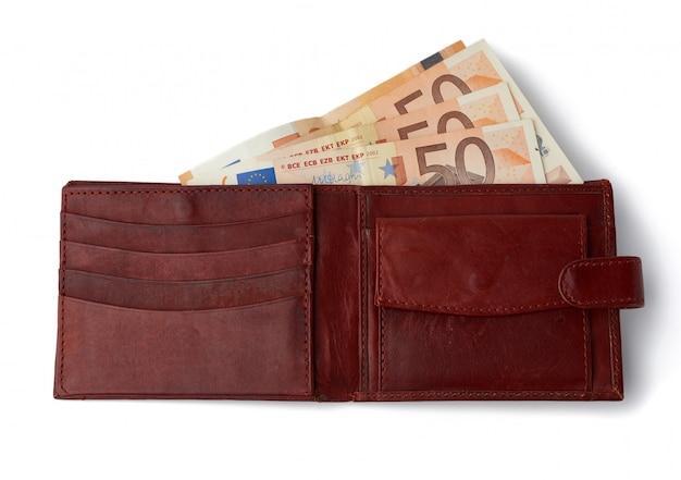 Abra la billetera de cuero marrón con papel moneda euro aislado sobre fondo blanco.