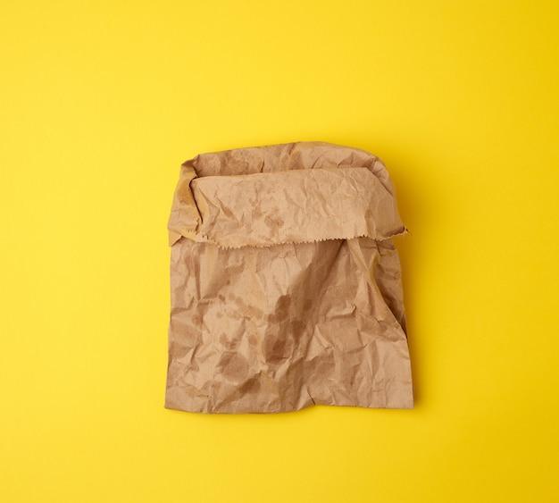 Abra la bolsa de papel marrón con manchas de grasa en amarillo