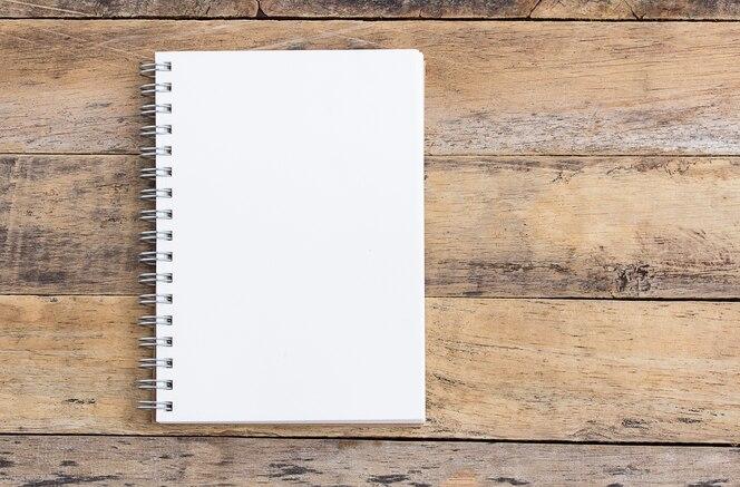 Abra el bloc de notas en blanco en una mesa de madera
