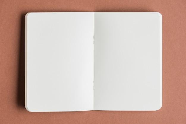 Abra el libro en blanco sobre fondo de color