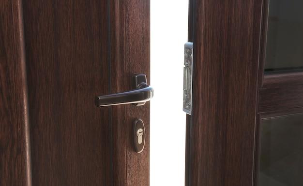 Abra la puerta de plastc marrón en la casa