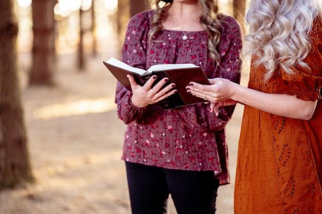 Abra la santa biblia en manos femeninas