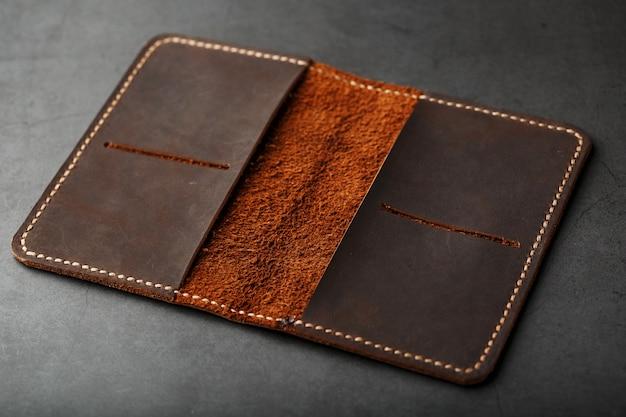 Abra la tapa del pasaporte de cuero marrón oscuro. cuero genuino, hecho a mano.
