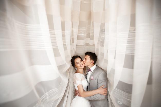 Abraza a la joven pareja el día de la boda.