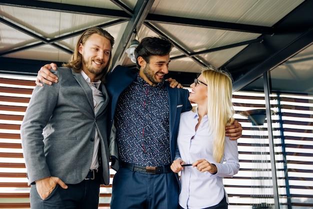 Abrazados jovenes empresarios