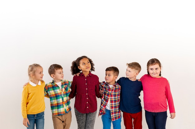 Abrazo grupal de alto ángulo con niños