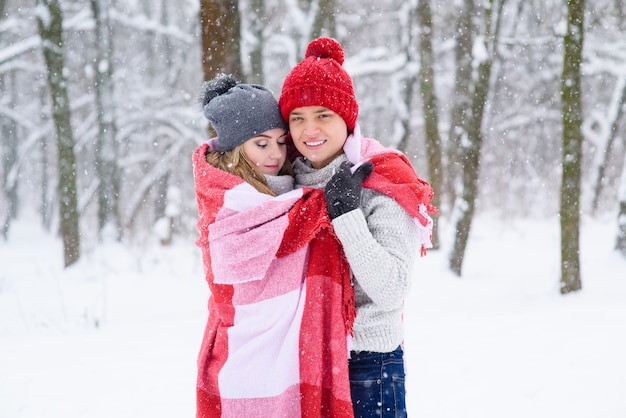 Abrazos de hermosa pareja en cuadros