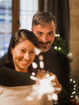 Abrazos pareja senior con brillo