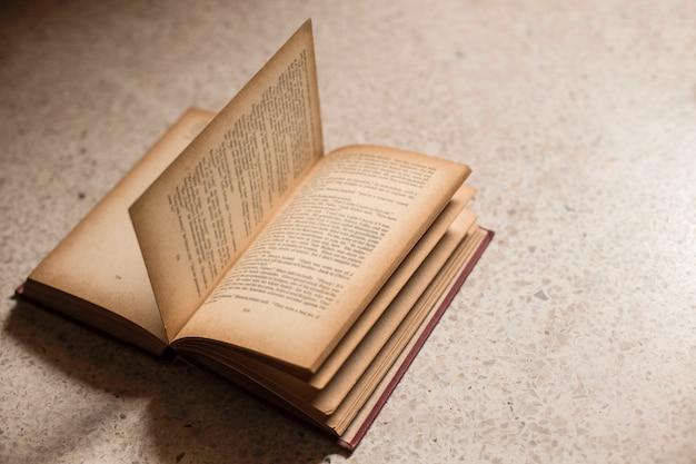 Abre el viejo libro