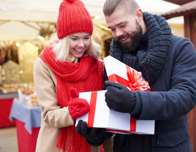 Abriendo gran regalo en el mercado navideño