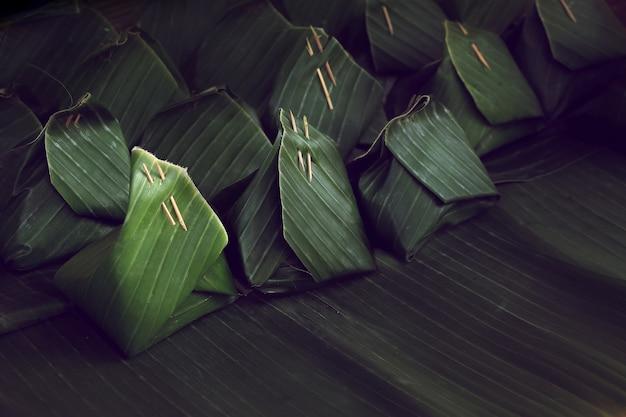 Abrigo verde de la hoja del plátano, fondo tailandés del paquete del postre del orzuelo.
