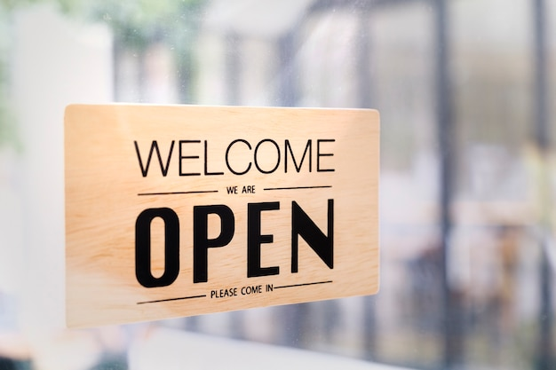 Abrir texto de cafetería cafetería a bordo colgado en la puerta de vidrio