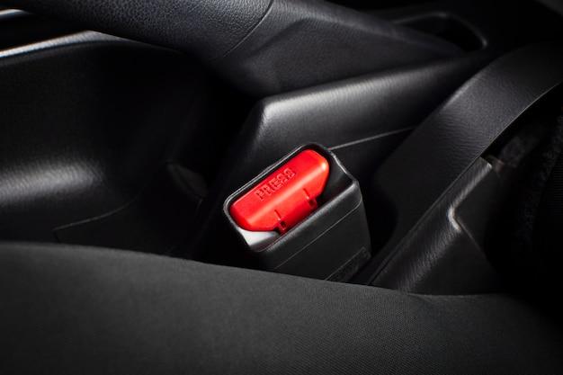 Abróchese el cinturón de seguridad en el automóvil de lujo