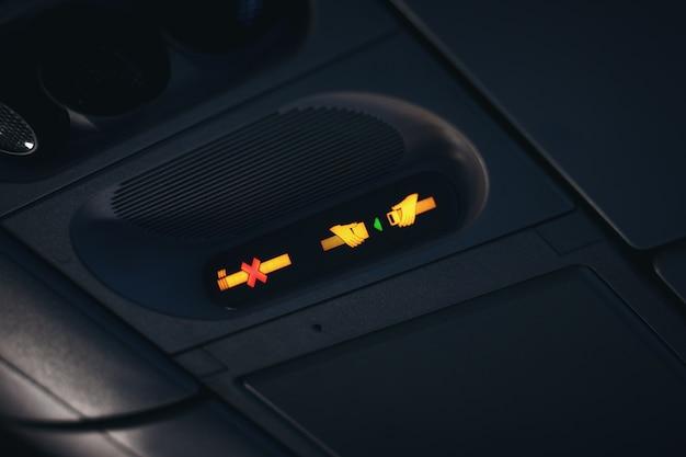 Abróchese el cinturón de seguridad y no fumar signos