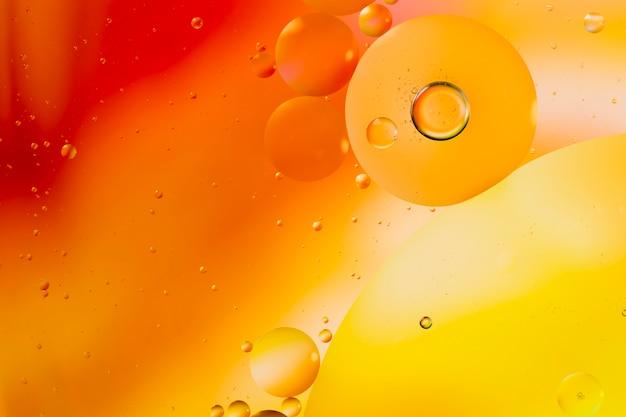 Abstracción de color degradado acompañado de burbujas transparentes y fluidas