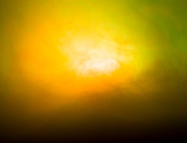Abstracta nube pesada de neblina en verdor y amarillo.