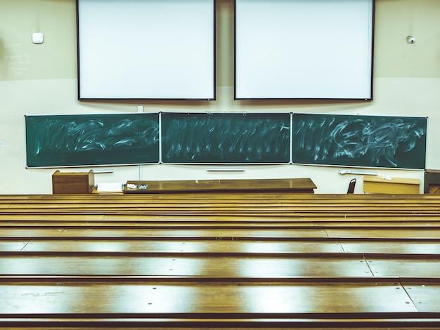 Abstracto clásico vacío gran sala de conferencias en la universidad