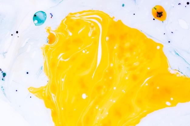 Abstracto gran mancha amarilla con matices.