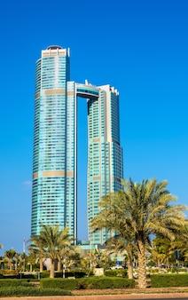 Abu dhabi, emiratos árabes unidos - 29 de diciembre: torres de la nación. las torres tienen 52 y 65 pisos, fueron construidas en 2013 y albergan el hotel st. regis
