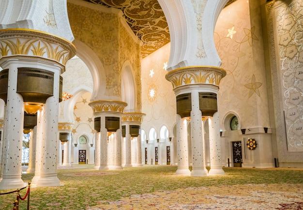 Abu dhabi. la famosa mezquita sheikh zayed grand.