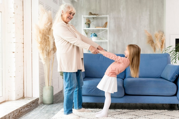 Abuela con chica en casa