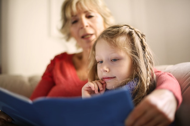 Abuela contando una historia