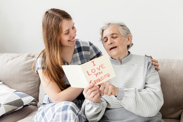 Abuela feliz junto con nieta