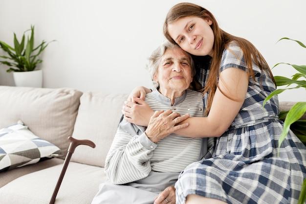 Abuela feliz de pasar tiempo con la familia.