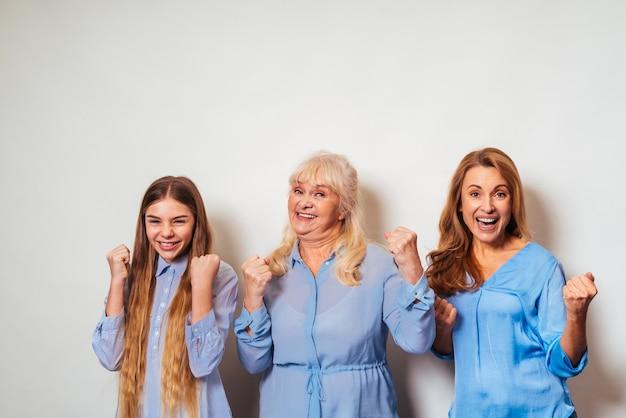 Abuela, hija y nieto juntos en casa con gesto exitoso